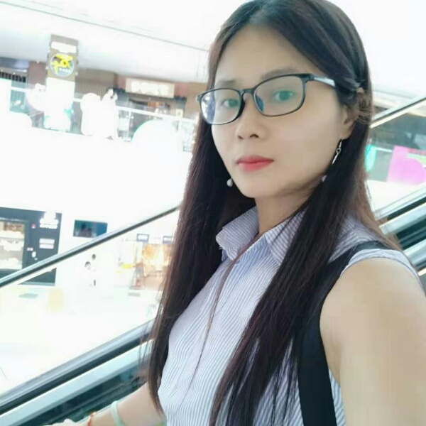 贤惠向背包照片
